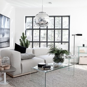Стъкло и бяло за светла и просторна дневна